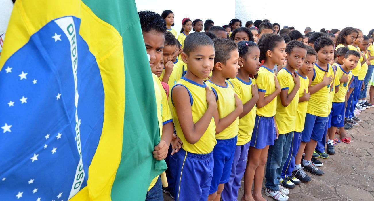 Resultado de imagem para alunos cantam hino nacional